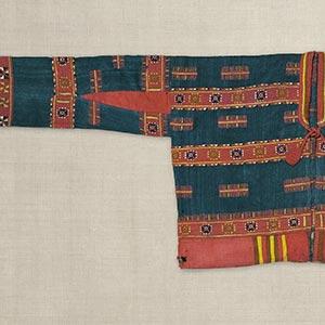 祝上着<br /><span>パイワン族 苧麻・毛、縢織 台湾 19世紀 49.0 x 147.5cm</span>