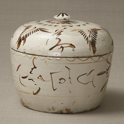 白掛鉄絵蓋物<br /><span>磁州窯 明時代〔中国〕16世紀 26.0 x 27.0cm</span>