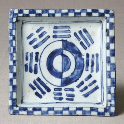 染付算木文角皿<br /><span>景徳鎮窯(古染付) 明時代〔中国〕17世紀 3.0 x 16.5cm</span>