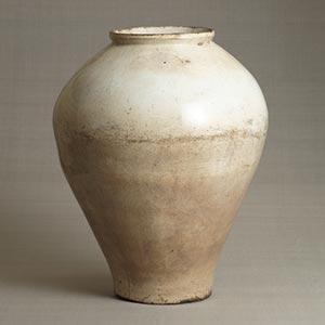 白磁壺<br /><span>金沙里窯 朝鮮時代〔朝鮮半島〕17世紀末期~18世紀初期 53.8 x 43.3cm</span>