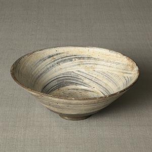刷毛目茶碗<br /><span> 朝鮮時代〔朝鮮半島〕15世紀後半~16世紀前半 6.6 x 17.0cm</span>