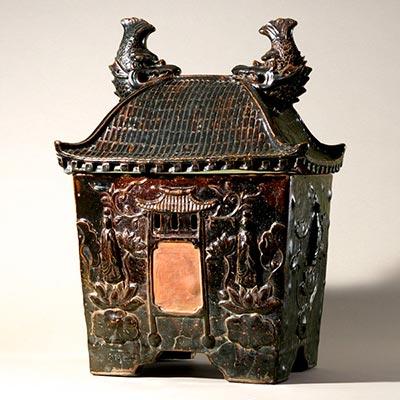 鉄釉御殿形厨子甕(ジーシガーミ)