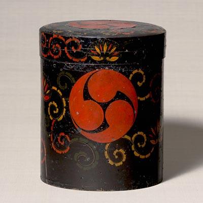 巴紋行器(シントコ)<br /><span>アイヌ民族(北海道)木製漆塗 本州製 日本 19世紀 34.6 x 28.2cm</span>