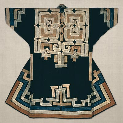 切伏衣裳<br /><span>アイヌ民族(北海道)木綿・絹、切伏 日本 19世紀 135.0 x 127.0cm</span>