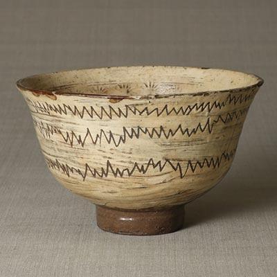 刷毛目線彫印花鉢<br /><span> 朝鮮時代〔朝鮮半島〕15世紀後半~16世紀前半 11.7 x 19.1cm</span>