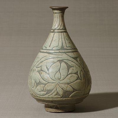 掻落草花文瓶<br /><span> 朝鮮時代〔朝鮮半島〕15世紀後半~16世紀前半 28.6 x 18.1cm</span>