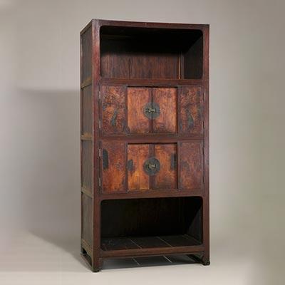 四層箪笥<br /><span>木製漆塗 朝鮮時代〔朝鮮半島〕19世紀 144.0 x 70.6cm</span>