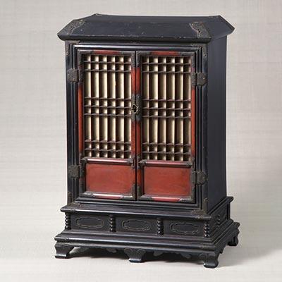 龕室(厨子)<br /><span>木製漆塗 朝鮮時代〔朝鮮半島〕17世紀 61.5 x 40.4cm</span>