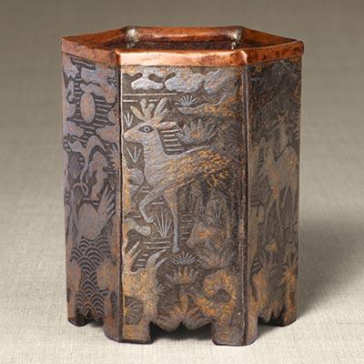 長生文六角筆筒<br /><span>鉄地鉛象嵌 朝鮮時代〔朝鮮半島〕19世紀 12.1 x 10.4cm</span>