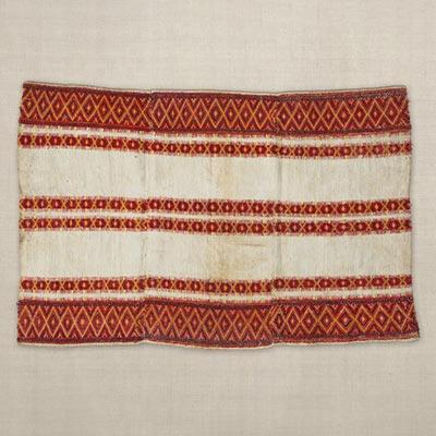 袈裟衣<br /><span>パイワン族 苧麻・毛、縢織 台湾 19世紀 52.5 x 79.0cm</span>
