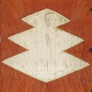 茜絞染三蓋菱紋旗指物<br /><span>絹、絞染 桃山時代〔日本〕16世紀 93.0 x 40.0 cm</span>