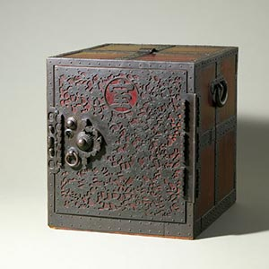 船箪笥<br /><span>木製、鉄金具 江戸時代〔日本〕19世紀 48.4 x 42.3cm</span>